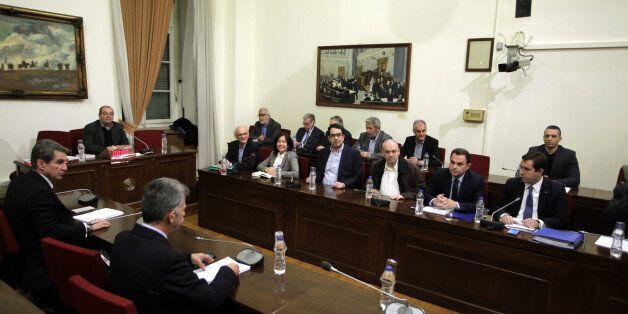Παραδόθηκε στον πρόεδρο της Βουλής το τελικό πόρισμα της Εξεταστικής για τα δάνεια κομμάτων και των