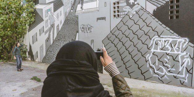 Έφηβοι πρόσφυγες γνωρίζουν την Αθήνα μέσα από τα πιο εμβληματικά graffiti της