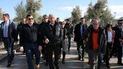 Επίσκεψη Αβραμόπουλου - Μουζάλα στη Λέσβο: «Δεν μπορούμε να εγκαταλείψουμε αβοήθητους τους πρόσφυγες στο