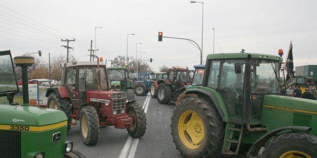 Λάρισα: Μπλόκα και τρακτέρ στις πλατείες των χωριών του νομού από την