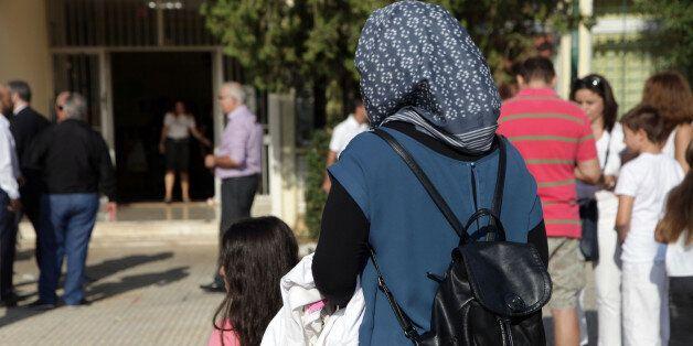 Εισβολή Χρυσαυγιτών σε σχολείο στο Πέραμα που θα φοιτήσουν παιδιά προσφύγων. Ένταση και φραστικά επεισόδια...