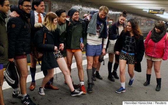 No pants day 2017: Χωρίς παντελόνια και φέτος στα μετρό δεκάδων