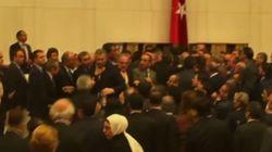 Ήρθαν στα χέρια στην τουρκική Βουλή κατά τη συζήτηση για ενίσχυση των εξουσιών του
