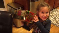 Πατέρας πετάει το χριστουγεννιάτικο δώρο της κόρης του στο τζάκι. Αυτή είναι η αντίδρασή