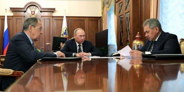 Σύσκεψη στο Κρεμλίνο μετά την ανακοίνωση των κυρώσεων από τις ΗΠΑ. Ο Πούτιν ακούει τις εισηγήσεις των...