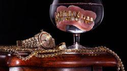 Μία γυναίκα φτιάχνει κοσμήματα από ανθρώπινα