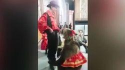 Αρκούδα επιτέθηκε σε Ρωσίδα παρουσιάστρια κατά τη διάρκεια ζωντανού τηλεοπτικού