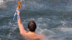 Βουτιές για τον σταυρό σε όλη την Ελλάδα: Με λαμπρότητα παρά το κρύο ο εορτασμός των