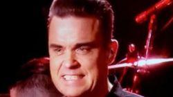 Ο Robbie Williams ψάχνει για αντισηπτικό αφού πιάνει το κοινό του (και γίνεται το πρώτο meme του