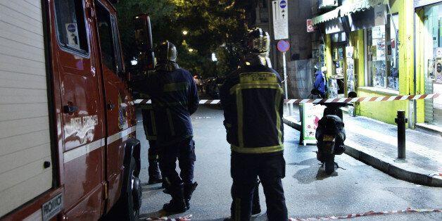 Πυκνώνουν οι επιθέσεις κατά της «Επιτροπής Σοφών». Γυναίκα άφησε τον εμπρηστικό μηχανισμό στην επίθεση...