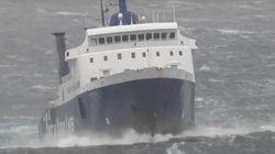 Πλοίο δίνει «μάχη» με τα κύματα ανοικτά της