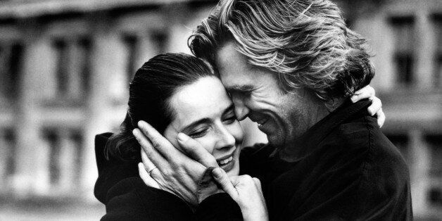 A fond hug between the American actor Jeff Bridges and the Italian actress Isabella Rossellini as Mr. and Mrs. Klein, in a scene from the movie Fearless. USA, 1993.. (Photo by Mondadori Portfolio via Getty Images)