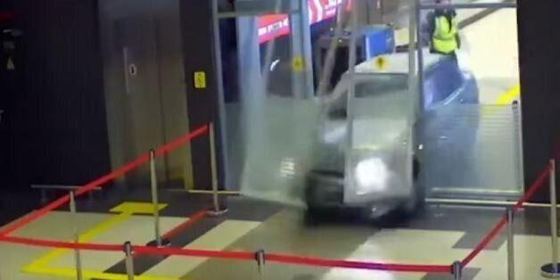 «Ήρεμα ήρεμα δεν είμαι τρομοκράτης»: Μεθυσμένος άνδρας ορμά με το αυτοκίνητο σε αεροδρόμιο για μια