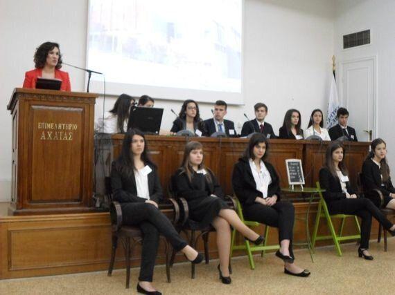 Η εθελόντρια Χριστίνα Ταβλά μυεί στους μαθητές της Πάτρας στο