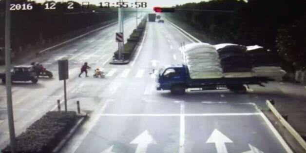 Φορτηγό παρασύρει καροτσάκι στην Κίνα και το μωρό ανασύρεται