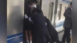 Μια συνηθισμένη μέρα στο μετρό του Τόκιο: Κάνουν τα πάντα προκειμένου να χωρέσουν σε ένα