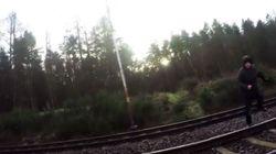Το πιο τρελό χόμπι που μας πάγωσε το αίμα. Άνδρας πηδάει μπροστά από τρένα που αναπτύσσουν μεγάλη