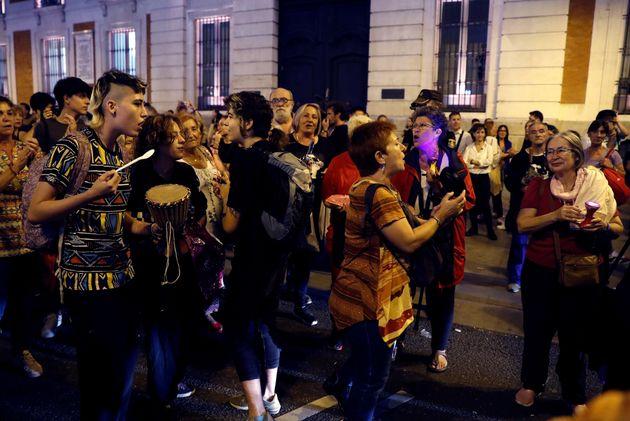 'La noche violeta': Miles de personas marchan en todo el país para declarar la emergencia