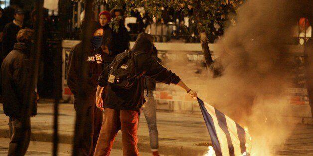 Να αποποινικοποιηθεί το κάψιμο της σημαίας, ζητεί ο πρώην υπουργός Δικαιοσύνης Νίκος
