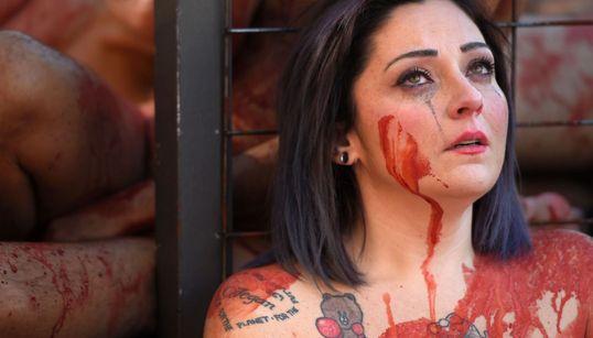 Γυμνοί Ισπανοί ακτιβιστές διαμαρτύρονται κατά των ενδυμάτων από γούνα