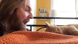 Έχει τρελάνει το Ίντερνετ επειδή εκδικείται με το ίδιο νόμισμα τον γάτο