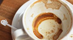 Πώς να καθαρίσετε τους επίμονους λεκέδες από καφέ στις κούπες