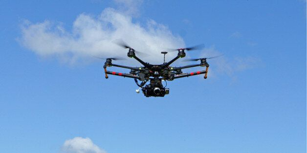 Flying drone with stabilised