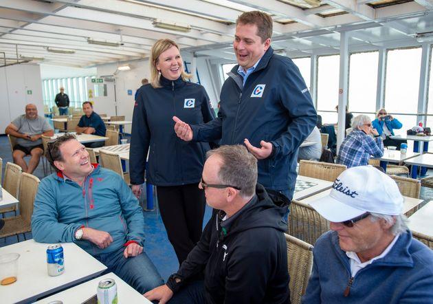 Le chef conservateur Andrew Scheer et sa femme Jill discutent avec des passagers sur le traversier qui...