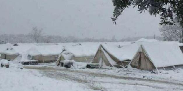 Μεταφορά στη Βόλβη των προσφύγων που διέμεναν σε καταυλισμό με σκηνές στα χιόνια στην Πέτρα