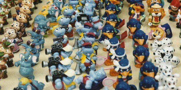 (GERMANY OUT) Eine Parade von hintereinander aufgestellten Plastikfiguren, die aus Kinder-Schokoladeneiern...