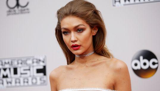American Music Awards: Κανείς δεν ήξερε πώς έπρεπε να ντυθεί σε αυτό το κόκκινο