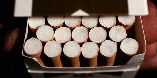 ARCHIV: Eine Schachtel Zigaretten der Sorte Marlboro Gold des Zigaretten-Herstellers Philip Morris, aufgenommen...