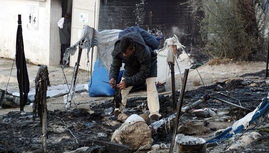 Συνεργεία και πρόσφυγες δίνουν μάχη για τον καθαρισμό του καταυλισμού της Μόριας (και των πληγών