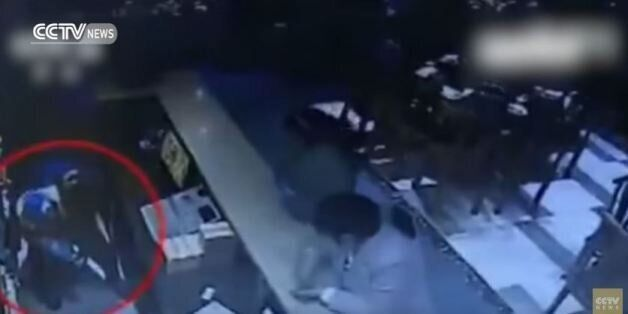 H σοκαριστική στιγμή κατά την οποία μία σερβιτόρα απαγάγει ένα βρέφος από εστιατόριο στην