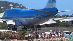 Αεροπλάνο απογειώνεται δίπλα σε παραλία και εκσφεδονίζει δεκάδες ανθρώπους στη