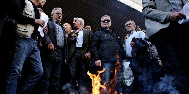 Συνταξιούχοι έκαψαν τις επιστολές Κατρούγκαλου έξω από το υπουργείο Εργασίας. Πορεία διαμαρτυρίας για...