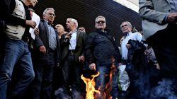Συνταξιούχοι έκαψαν τις επιστολές Κατρούγκαλου έξω από το υπουργείο