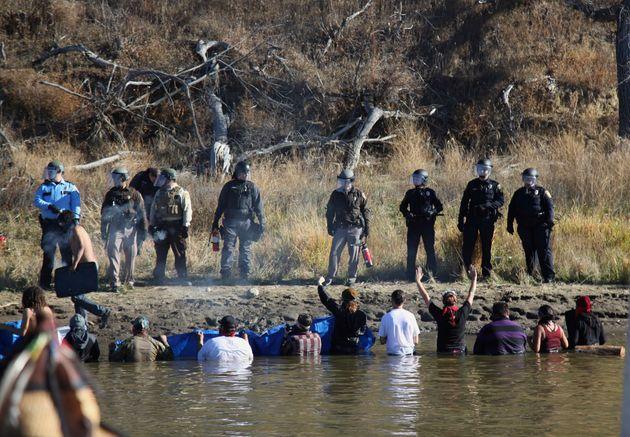 ΗΠΑ – Ντακότα: Οι ινδιάνοι αντιστέκονται για τη γη και το νερό τους και η αστυνομία τους χτυπά. Παρέμβαση