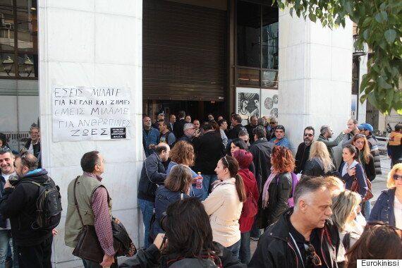 Συγκέντρωση διαμαρτυρίας των εργαζομένων του Mega έξω από την Alpha