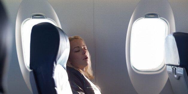 Γιατί τα παράθυρα στα αεροπλάνα δεν είναι στην ίδια ευθεία με τις