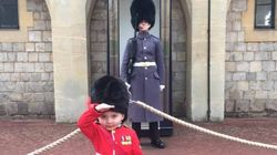 Ce petit garçon a réussi à faire fondre le cœur de ce soldat de la Garde