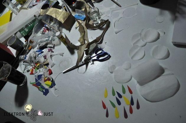 Φτιάχνοντας αερόστατα και ζωγραφιές στον τοίχο της
