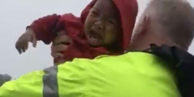 Εικόνες που κόβουν την ανάσα: Αστυνομικοί διασώζουν μωρό που είχε εγκλωβιστεί σε αυτοκίνητο που βυθιζόταν...