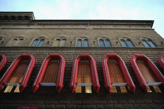 Ο Ai Weiwei «τύλιξε» ένα ιστορικό palazzo της Φλωρεντίας με σωσίβιες