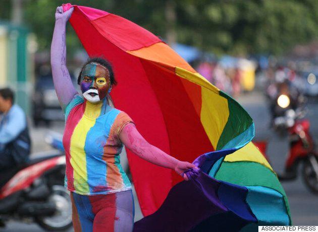 Συνέλαβαν γκέι ζευγάρι στην Ινδονησία επειδή δημοσίευσαν φωτογραφία που φιλιόντουσαν στο
