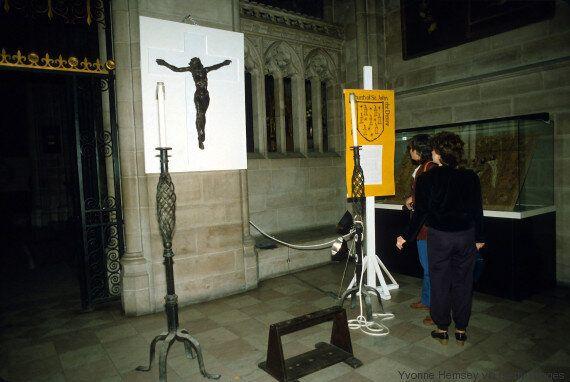 Σε ένα μεγάλο καθεδρικό ναό στη Νέα Υόρκη ο Χριστός έχει τη μορφή μιας σταυρωμένης γυμνής