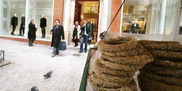 Άνεργος πατέρας 3 παιδιών τιμωρείται με 5.000 ευρώ επειδή πουλούσε κουλούρια χωρίς