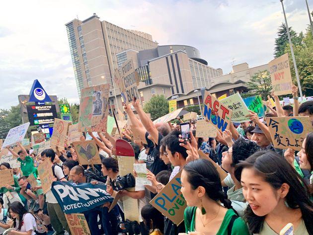 国連大学前に集合したマーチ参加者