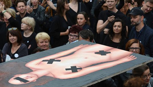 #BlackProtest, #BlackMonday. Οι γυναίκες στην Πολωνία οργίζονται, φορούν μαύρα και απεργούν γιατί χάνουν τον έλεγχο στο σώμα