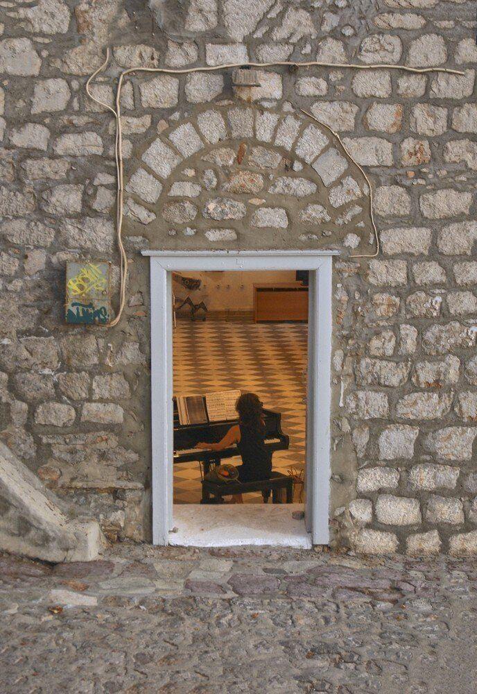 O Δημήτρης Κοτσιφάκης φωτογραφίζει την Ύδρα: Άρωμα αλλοτινής